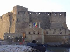 ナポリからポンペイへ。途中サンタルチア港の卵城前で撮影タイム。