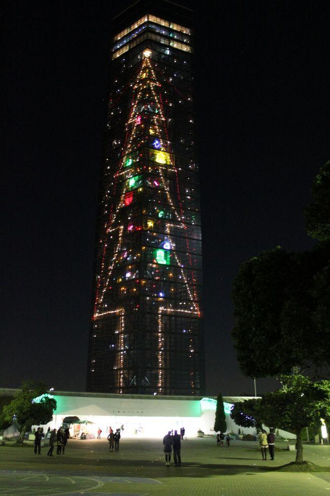 先日紅葉観賞へ行って来ましたが、気がつけば季節は「冬」そして12月・師走・クリスマスの季節が今年もやってきました。<br />千葉ぐるり旅,2011年最後を飾るのは千葉市の象徴でもある「千葉ポートタワー」へ行って来ました。<br />毎年クリスマスシーズンはライトアップされるポートタワーですが、数年ぶりに訪れました。日中と違った風景が楽しめ、港付近のため普段は静かな場所ではありますが、クリスマスの時期はイルミネーションを見に来る観光客や地元の人々で混み合っていました。<br />大きなタワーがクリスマスツリーになる期間限定イベント!これを見れば気分はクリスマスに変わりますね!<br /><br />千葉市ポートタワーHP<br />http://www.chiba-porttower.com/index.html