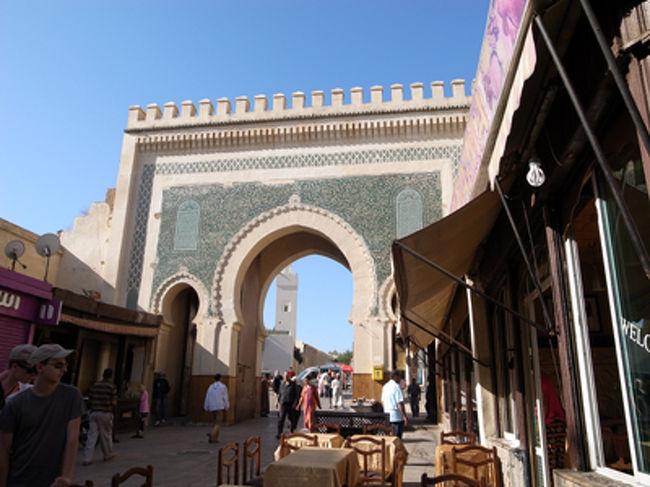 世界遺産の街フェズは、英語ガイドさんと一緒に歩きました。「Fez(フェズ)っていうとイスラムの帽子のことだから、本当はFes(フェス)って呼んでくださいね」とか言われますが、fezという名称は、実はこのフェズの街にちなんだものなのだとか。<br />ここは、9世紀から15世紀まで、モロッコのイスラム王朝の首都でした。メディナと呼ばれる旧市街が名所です。歴史上重要な建物の美しさもさることながら、フェズの本当の面白さは、皮なめしをはじめ、家具職人、金具職人など、さまざまな職人さんたちが何百年も続く技術をそのまま守りながら生活しているようなところ。「迷路」と呼ばれる通りを歩いていくと、次々と新しい発見があります!<br />