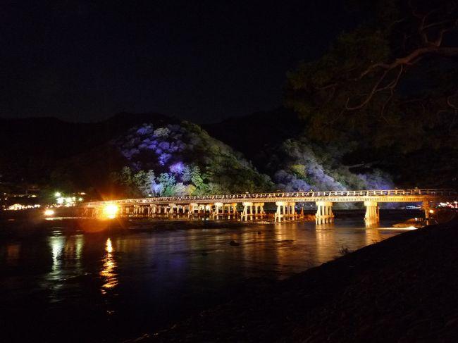 上海の知人が京大に短期留学。彼に会うのを口実に京都旅行。<br />共通の友人(鈴鹿在住)がタイの水害の影響で国内フル生産。土曜日も出勤していてなかなか3人の日程が合わず。<br />やっとこさ時間の都合がついたもののどう考えても紅葉は終わっている時期。<br />行ってみたら思った以上に紅葉を見ることができた。<br />でも12月に紅葉ってやはり変ですよね。