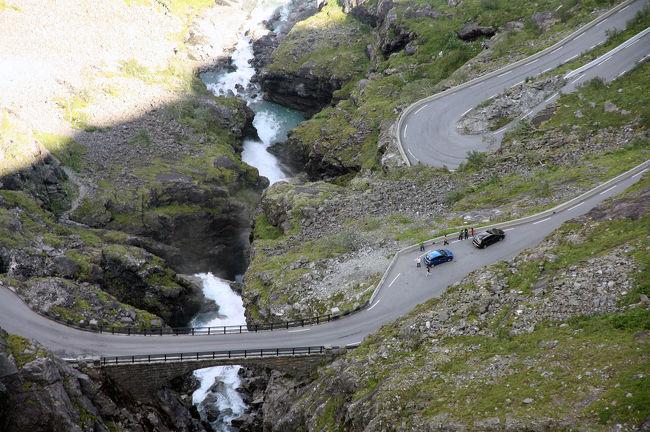 オーレスンからガイランゲルフィヨルドへ。オンダルスネスから、観光ドライブ・ルート...ゴールデン・ルートをドライブ。急峻な岩壁をよじ登るつづら折り。<br />それにオンダルスネスまでのルートも見所はたっぷり。<br />明日から天候は下り坂、予定どおりにダルスニッバ展望台と思うが....。<br />オーレスンを8:50 に出発して写真を撮りながら、ガイランゲルの Union (ホテル) に16:00 到着。<br />トロルスティーゲン周辺の観光に思いの外に時間を費やした。<br /><br />トロルスティーゲンは有名だが、ゴールデン・ルートとして全行程楽しめた。純粋にドライブという観点では、イングランド湖水地方のHonister Pass や Hardknott Pass  の方が面白かった。岩壁では米国の Glacier national park の GTTS の Garden Wall も素晴らしい。<br /><br />Flydalsjuvet - Scenic Roads &amp; Views Alesund <br />とググるとノルウエーの official site が検索されます。<br /><br />写真はトロルスティーゲンを見下ろす。