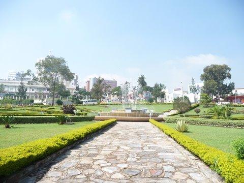 ルワンダは東アフリカの共和制国家。 第一次世界大戦終了まではドイツの植民地で、その後ベルギーに植民地になり1962年7月1日に独立。 その後イギリス連邦に加盟した。 政府の徹底した美化政策のおかげで、町にごみはなく、プラスティックバックの使用が禁止されている。 1994年4月から7月までの100日間の間にフツ族とツチ族の対立のジェノサイドにより、ツチ族が80-100万人殺害された。 このジェノサイドの歴史を人々に伝えるためにメモリアルセンターが造られた。 訪れたがあまりにもショッキングな写真が多く、目を背けたまま出てしまった。 こんなに悲しい歴史があるのに、キガリの町は発展に向かって、とてもエネルギッシュに活動していて、人々も皆明るい笑顔で過ごしている。 ボリビアのラパスのように丘の上の首都。 最近ではウガンダやコンゴ同様にゴリラツアーがあり、観光客を誘導している。