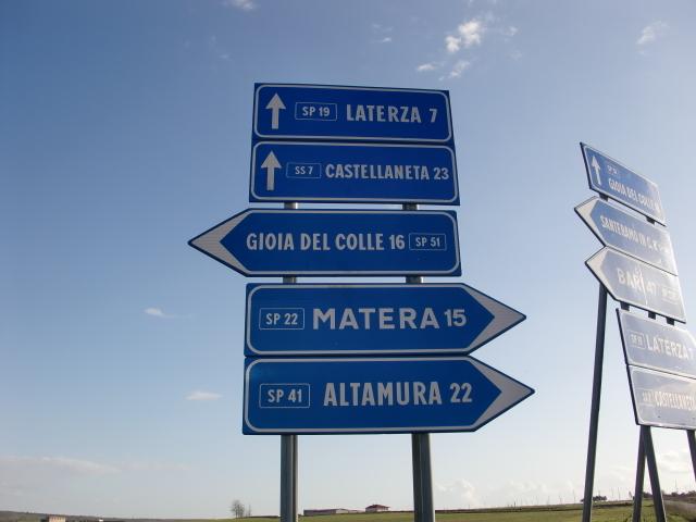 ミラノ発ミラノ着シチリア経由で反時計回りにイタリアを都合三周した12,300キロのドライブ旅行。 人も大地も陽の光を呼吸しているイタリアに心洗われる一方で、「ナポリで運転して死ね!」とは我ながら迷言。<br /><br />あそこがいい、ここが綺麗は他の方におまかせして、ここではこれからイタリアでのドライブ旅行を考えている人のお役に立ちそうな内容に特化して紹介させていただこうと思う。<br /><br />特に免責ゼロの保険に加入していても、事故直後にレンタカー会社と警察に連絡して警察発行の事故証明が無ければ担保されない場合があることを肝に銘じていただきたい。 詳細は、「どこでどんな車をいくらで借りたか」にある。 <br /><br />***更新履歴***<br />3周目5,300キロの経験を盛り込んだ。H29.4.16.<br /><br />また、帰国後交通違反の請求がきた場合の対処についても同項に追記した。H24.5.27<br /><br />さらに、免責ゼロが適用されない場合があることを追記した。 H25.2.8<br /><br />搭乗者傷害保険について「どこでどんな車をいくらで借りたか」に追記した。 また、Round About、ラウンド・アバウトの走り方の項を追加した。H25.4.12<br /><br />反則金がTabacchiで納付できる場合があることを追記した。H25.6.16<br /><br />2013年12月にもう1度一周したのでその時の経験に基づき追記した。 H26.3.26