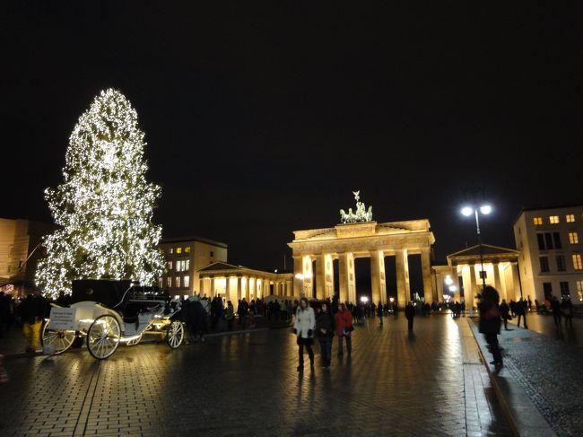 「冬のドイツを訪れたい、でもクリスマスは日本の昔の三が日状態、でもこの時期しか休みが取れない。」のジレンマ。それでも「この機会を逃したら次はない」といつものセリフで、夏にお世話になったウェブトラベルの現地在住のアドバイザーに相談しながら旅行を決行!フォートラベルの近鉄バッファローズさんにもアドバイスを頂きました。感謝!<br />実際に行ってみたら、同じドイツでもベルリンの実情はかなり異なっていました。<br />旧東ドイツの影響か大きな駅周辺は開いている店も多いし、博物館や観光名所等もやっているところが多いのです。<br />クリスマスを祝わない(?)ロシアからの観光客が団体で訪れているので、街はけっこう賑わっていました。<br />もちろんクリスマスマーケットも観光客相手に開いていました。もし、私のようにこの時期しか休みが取れない方にとってベルリンはお勧めです。いろいろと開いている店などを調べてくださったアドバイザーの方も南ドイツとは全く状況が違うと驚いていました。<br /><br />日程:<br />22日出国ミュンヘン乗り継ぎ夜8時ベルリン着<br />23日午前ポツダム観光、午後ぺルリン街歩き<br />24日午前ベルリン街歩き、午後シャルロッテンブルク宮殿のクリスマスコンサート<br />25日ドレスデンへ小旅行<br />26日ぺルリン街歩き<br />27日午前連邦議会議事堂英語ツアー参加、街歩き後、2時半ホテルを出てテーゲル空港へ。<br />28日夕方成田着<br /><br />工夫した点:<br />・悪天候で観光ができなくなることを考えて、ホテルを重視、大きな駅に近い所、室内プールがあるところ。<br />・寒さ対策でヒートテックをそろえた。ホッカイロも大量に持参した。<br />・雪に備えて娘は防水タイプのブーツ、私はスノトレで足元を固めた。<br /><br />反省点:<br />・24日夜はコンサートの後ホテルで食事すれば良いと軽く考えていたら、チェックインの時点で満席で予約ができなかった。<br />・寒くなくてヒートテックでは汗をかいてしまった。どこでも暖房はしっかりしている。