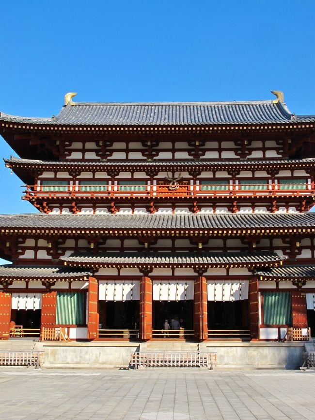 薬師寺(やくしじ)は、奈良県奈良市西ノ京町に所在する寺院であり、興福寺とともに法相宗の大本山である。南都七大寺のひとつに数えられる。本尊は薬師如来、開基(創立者)は天武天皇である。1998年(平成10年)に古都奈良の文化財の一部として、ユネスコより世界遺産に登録されている。<br /><br />薬師寺は天武天皇9年(680年)、天武天皇の発願により、飛鳥の藤原京(奈良県橿原市城殿(きどの)町)の地に造営が開始され、平城遷都後の8世紀初めに現在地の西ノ京に移転したものである。<br /><br />金堂−1976年の再建。奈良時代仏教彫刻の最高傑作の1つとされる本尊薬師三尊像を安置する。<br />大講堂−2003年の再建。正面41m、奥行20m、高さ17mあり、伽藍最大の建造物である。本尊の銅造三尊像(重文)は、中尊の像高約267センチの大作だが、制作時期、本来どこにあった像であるかなどについて謎の多い像である。大講堂の再建後、寺では「弥勒三尊」と称している。<br />(フリー百科事典『ウィキペディア(Wikipedia)』より引用)<br /><br />薬師寺については・・<br />http://www.nara-yakushiji.com/<br />