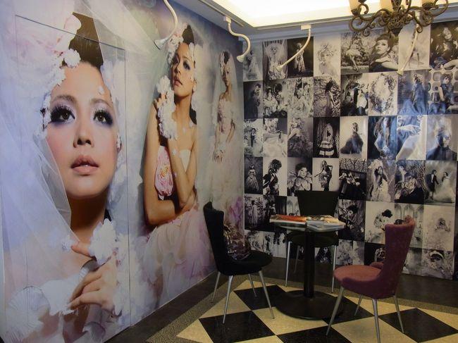 台北での自由行動日に一人で変身写真の撮影に行って来ました!<br /><br />撮影場所はお客さんの90%以上が日本人という阿法写真館(アルファフォトスタジオ)です。<br /><br /><br />予約は台北ナビさんで行いました。<br />http://www.taipeinavi.com/beauty/211/<br /><br /><br />私が撮影したコースは衣装3着、上製本アルバムのB2コース7990元<br />です。<br />アルバムの他にアルバムに入っている写真のデータ入りCD-ROMがもらえます。<br />送料は別で1200元でした。<br />選ぶコースによって送料が変わります。<br />あと、200元割引orミニアルバムの選べるオマケ付きです。<br />私はミニアルバムを選びました。<br />ミニアルバムは透明の定期入れみたいなものに小さな写真が入ります。(アルバムと同じ写真です)<br />これを持っているとアルバムを持ち歩かなくても人に見せびらかすことができます。<br /><br />当日は9:30予約でメイク、ヘアセット、衣装チェンジ、撮影を3着分行って12:30に終了しました。メイク落としに時間が掛り13:00にお店を出ました。<br /><br />衣装を変える度にメイク、ヘアスタイルも変わります。<br />メイクさんが衣装に合わせてメイク、ヘアスタイル、アクセサリーを決めるみたいです。<br />メイクは衣装を変える度に上塗りするのでだんだん濃くなってきます。すごいの一言です!!<br />あまりのメイクに撮影中はどんな写真になるのか怖かったぐらいです。(笑)<br /><br />アルバムは撮影から1か月ちょっとで届きました。<br />値段は高いですが変身出来て楽しかったです。<br />また、やってみたいと思っています☆<br /><br /><br /><変身写真当日の注意とおすすめ事項><br />・ノーメイクでお店に行く<br />・下着は肩ひものない物がよい<br />・チャイナドレスを選ぶとスリットが入っているのでストッキングは脱がないといけません<br />・メイクはかなり濃いのでそのまま帰るのはキツイです。お店にクレンジング、乳液、洗顔クリーム、除光液、コットンはありますがチープな物だったので気になる人は持参した方が良い◎(私はお店のクレンジングで化粧を落としてから持参のクレンジング、乳液で肌を整えました)<br />・メイク落としする時にペーパータオルはありました。コットン&ペーパータオルの品質がイマイチ(固くてゴワゴワしている)私はハンドタオルを持参して良かったと思います。<br />・髪はヘアースプレーでガチガチに固めるのでさらさらヘアーに復元するのは無理。時間の余裕があればシャンプーに行ってみるのも良いかと思います。<br />・なりたいイメージがある場合写真を持参して注文した方が良いで  す。<br /><br /><br />