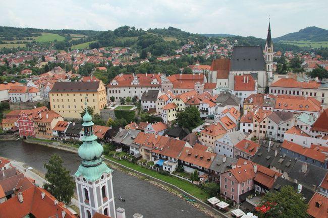 4、5日目。<br />チェスキー・クルムロフに滞在。中世の街並みを残した街、世界遺産だそうです。<br /><br />恥ずかしながら今回旅行を中欧に決めるまで、全く知らずにいたけれどとっても楽しみにしていた街です。<br /><br />1泊した翌日はバスでプラハに移動。3時間バスに乗るので、トイレが心配だったけれど一応車内に簡易トイレが付いてました。ただ入りにくそうなスペースだったので、できれば事前に済ませておいた方がいいです。<br /><br />写真はクルムロフ城の塔からの眺め。<br /><br /><br />8月2日?4日 ウィーン観光<br />  5日 ウィーン - リンツ - チェスキークルムロフ ★<br />  6日 チェスキークルムロフ - プラハ ★<br />  7日?8日 プラハ観光<br />  9日 帰宅