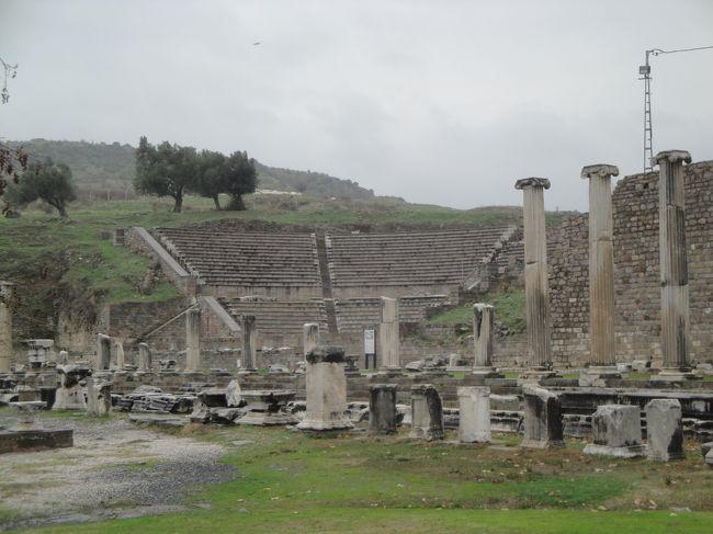 <br />ベルガマにあるアスクレピオンの遺跡は、<br />古代ローマの医療施設だった。<br /><br />この遺跡は、ギリシャ神話の医学の神アスクレピウスに由来します。<br /><br />アスクレピオンのシンボルはヘビとお椀ですが、<br />これは、診療を拒否された重病人が悲観して、<br />お椀でヘビの毒を飲んだところ、病気が治ったことに由来するとか。<br /><br />ところで、アスクレピオンで治療を受けた人々は、<br />ほとんどすべてが元気になって帰って行ったといわれています。<br /><br />なぜなら、ここに受け入れられるのは<br />直る見込みのある人に限られていたからだとか・・・