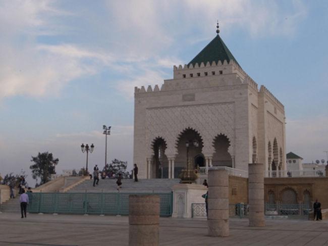 ラバトは一応モロッコの首都ですが、主に政治機能が集中しているところで、商業の中心地カサブランカ、観光の中心地マラケシュと比べると、やや地味な感じです。でも、街並みがちょっとヨーロッパ風、大西洋岸のさわやかな風が楽しめるすがすがしい都市です。<br /><br />写真は街の中心にあるムハンマド5世廟。てっぺんのタイルは緑色。マラケシュなどでも緑色のタイルの装飾を見かけることがありますが、緑は赤と並んで「イスラムの色」なのだとか。