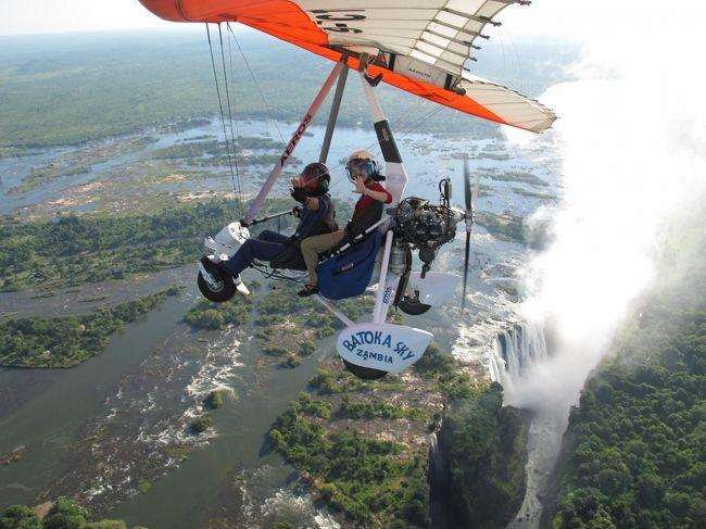 ビクトリアの滝の上空を飛んできました。<br /><br />約15分のフライトで、USD140。<br />飛行場までの送迎付。<br /><br />http://www.livingstonesadventure.com/#/Victoria-Falls-Livingstone-Zambia-Ultralight-Aircraft/<br /><br />リビングストンではタクシー、宿などほとんどドル払い可能、南アランドも使えます。<br />1USD=5,000ZMK(ザンビアクワチャ、2011年12月現在)
