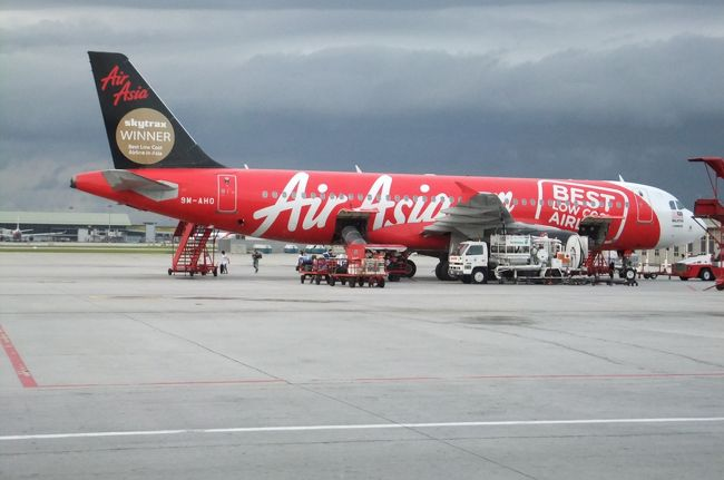 LCC(格安航空会社)エアーアジアが関空−KL(クアラルンプール)に就航したので早速チケットを購入し、クアラルンプールへ。そこからバリ島、ジャワ島へLCCを乗り継いで格安で旅をした。<br />滞在は、バリ島で10泊、ジャワ島で11泊、経由地のKLで5泊し全27日の旅だった。<br />バリ島では地元バリ人の経営するベラワビーチ近くのゲストハウスとウブドのビラで過ごし、ジャワ島ではジョグジャとソロを訪れ、ヒンドゥー教の聖地を訪れた。<br />合計金額は二人旅で一人約14万円。個人旅行ならではの格安費用。<br /><br />内訳は、<br />渡航費(関空-KL往復、サーチャージ・空港税、ビザ含む)29,914円<br />交通費(現地移動の航空運賃、鉄道、タクシーなど)35,238円<br />宿泊費(27泊、ソロ5つ星3泊、KL5つ星3泊含む)41,339円<br />食費20,218円、<br />観光(車チャーター代、入場料など)13,919円<br />合計140,628円。<br /><br /><br /><br /><br /><br />