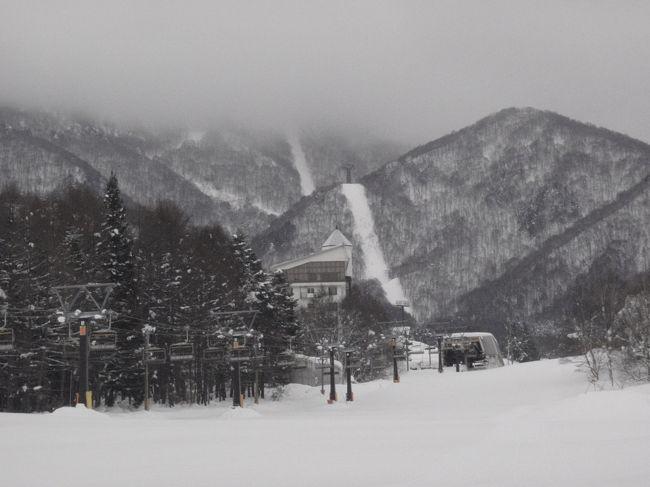 3年ぶりにスキーに行ってきました。新宿22:15発の北志賀竜王に5:30に到着するバスで。<br />高坂PAまでは、関越道で、その後は一般道を走りました。一般道の凸凹が気になって一睡もできませんでした。<br />夜一睡もできないと、大体午後3時にはバッテリーが切れるのですが。。。運動をしていると違いますね。<br /><br />レンタルグッズも進化していて、スキーブーツの不具合もなくて良かったです。これでは、自分のスキーブーツの<br />出番がなくなりそうです。何しろ持っていくのに邪魔。