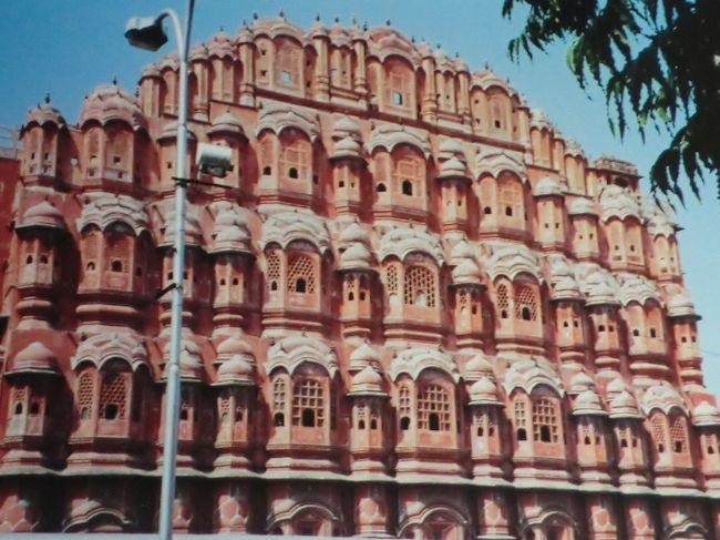 インドへ行く、と決めたのはガンジス河が呼んでいたからですがインドのガイドブックを読んでいて気になったのが風の宮殿です。<br />この目で見てみたいということでジャイプールを日程に組み込みました。