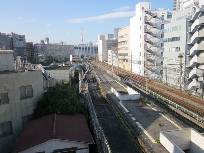 "「B級でマイナー」というと失礼かもしれませんが、<br /><br />あまり一般的にメジャーではない観光地も全国にはたくさんあります。<br /><br />今回は、2004年1月に廃止された横浜にある東急東横線の廃線跡を巡ってみました。<br /><br />横浜~桜木町間をvol.1としてご紹介します。<br /><br /><br />★「B級でマイナーな観光地」シリーズ<br /><br />荒川ロックゲート(東京)<br />http://4travel.jp/travelogue/10438358<br />鮮魚列車&日本一短い商店街(大阪)<br />http://4travel.jp/travelogue/10420078<br />鹿嶋まつり&鹿島臨海鉄道鹿島臨港線(茨城)<br />http://4travel.jp/travelogue/10623562<br />鳴海球場跡(愛知)<br />http://4travel.jp/travelogue/10416547<br />西寺跡(京都)<br />http://4travel.jp/travelogue/10467065<br />「戸(へ)」のつく街めぐり(青森&岩手)<br />https://ssl.4travel.jp/tcs/t/editalbum/<br />関西電力黒部専用鉄道""上部軌道""(富山)<br />http://4travel.jp/travelogue/10535489<br />嘉穂劇場(福岡)<br />http://4travel.jp/travelogue/10536327<br />遊楽部川の鮭の遡上(北海道)<br />http://4travel.jp/travelogue/10555940<br />石見神社&白鳥城(兵庫)<br />http://4travel.jp/travelogue/10421611<br />西武秩父線のローカル駅(埼玉)<br />http://4travel.jp/travelogue/10441164<br />深谷駅&さきたま古墳&あついぞ!熊谷(埼玉)<br />http://4travel.jp/travelogue/10439881<br />内之浦&宮之城&藺牟田池(鹿児島)<br />http://4travel.jp/travelogue/10470926<br />京都一条妖怪ストリート(京都)<br />http://4travel.jp/travelogue/10565267<br />町田リス園(東京)<br />http://4travel.jp/travelogue/10416970<br />靭(うつぼ)公園(大阪)<br />http://4travel.jp/travelogue/10420097<br />士幌線廃線跡(北海道)<br />http://4travel.jp/traveler/satorumo/album/10440854/<br />氷のトンネル(北海道)<br />http://4travel.jp/travelogue/10606410<br />日本最北のマクドナルド&地吹雪の抜海駅(北海道)<br />http://4travel.jp/travelogue/10431780<br />""ののちゃん""と""タブチくん""のふるさと・玉野(岡山)<br />http://4travel.jp/travelogue/10563273<br />立山砂防軌道&立山カルデラ(富山)<br />http://4travel.jp/travelogue/10533323<br />日本一の長寿村&塩川&喜屋武岬(沖縄)<br />http://4travel.jp/travelogue/10470372<br />伊勢崎西部公園(群馬)<br />http://4travel.jp/traveler/satorumo/album/10723218<br />長浜大橋(愛媛)<br />http://4travel.jp/travelogue/10450812<br />くりはら田園鉄道乗車会(宮城)<br />http://4travel.jp/travelogue/10620825<br />塩田津&八本木宿&浜金屋&筑後川昇開橋(佐賀)<br />http://4travel.jp/travelogue/10468519<br />モエレ沼公園&宮島沼&777段ズリ山階段(北海道)<br />http://4travel.jp/travelogue/10462083<br />河童の里(福岡)<br />http://4tr"