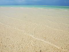 光る白砂とどこまでも続く夢のような海/沖縄・竹富島