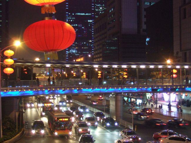 中国に初めて訪れたのが深圳、以来5年間の思い出とともに街歩き。<br /><br />街は現在も急速な変化と成長を続けていて、2年半の経過とともに風景も変わり、おなじみの常宿もなくなっていた。<br />こうして街の移り変わりを眺め、久々の人に再会すると、ともかくも「みんな生きている」という実感がしみじみと沸いてくるのだった。自分が一歩立ち止まると、その分向こうは確実に一歩先へと進んでしまうのである。