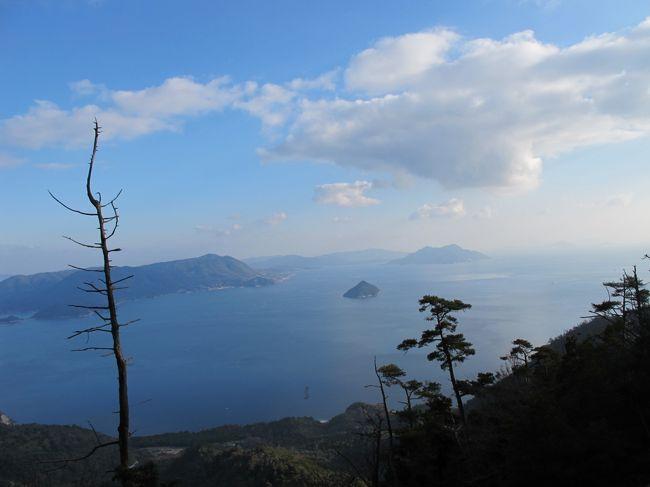大河ドラマで平清盛をやるというので厳島神社などゆかりの世界遺産が気になって友人と旅に出ました。<br />広島には行きは新幹線で帰りは飛行機が取れたので空路で往復しました。<br />宮島は広島といってもかなり山口県よりにあって広島市内からも結構遠かったです。<br />宮島口までは行きは広島電鉄にのりました。<br /><br />宮島口では名物のアナゴ飯を頂きいざ宮島へ!<br />宮島は島だけあってフェリーでアクセスします。<br />でも距離は5分ぐらいでしかも安くてビックリです。<br /><br />島内は世界遺産の厳島神社だけでなく大聖院、五重塔など見所がいっぱいでした。<br />また弥山にもロープウエイで登れて絶景を楽しめました。<br />島内で1泊して、カキなどを満喫、水族館などもあって1泊2日ぐらいでちょうどいい旅でした。<br /><br />帰りはJRで広島まで戻り市内の観光をして広島空港から飛行機で羽田まで帰りました。<br />
