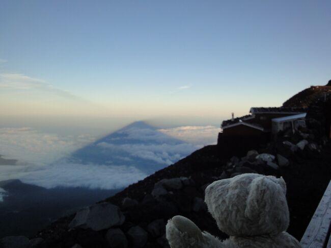 人生に一度くらい登ってみてもいいかということで、天気予報を睨みつつ晴天をねらって、須走口から登頂、山頂にて一泊し、富士宮口に下山しました。<br /><br />日本には3000m級の山が21あるそうですが、これに剱岳(2999m)を加えて、22峰をいつか制覇したいものです・・・<br />