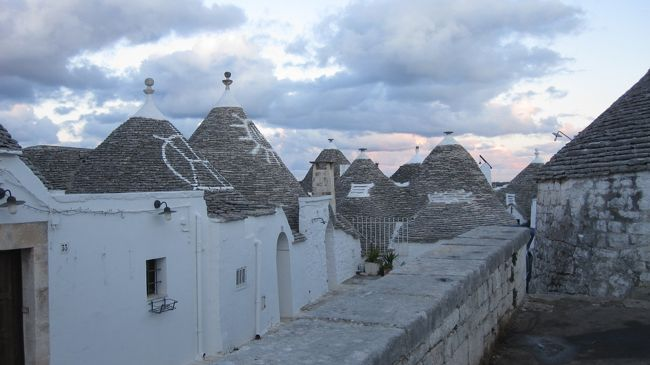 2012新年旅行6日目。<br />1月9日の月曜日の午後。<br /><br />アルバニアからイタリアのバーリに到着し、昼はバーリ市内をぶらぶら。<br />そして、午後は世界遺産のアルベロベッロへ日帰り観光。<br />可能なんですね。<br /><br />三角屋根は、まるでおとぎの国のよう。トゥッルリ、トゥルリラ~。