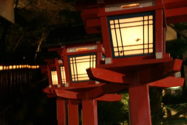 紅葉の時期に京都。<br />人が多いので、絶対に避けたいものの、せっかく関西に住んでいるのだから、夜間拝観で寺院を訪ねるのもいいかと思い、貴船に行ってきました。<br />山の天気は変わりやすいもの、貴船に着いたときは星も出ていたのですが、途中雨にも降られました。