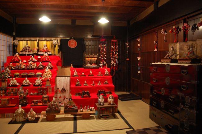 紅葉で有名な「香嵐渓」の愛知県豊田市足助町。その足助の町並み一帯で、古くから伝わる雛人形や土びなを展示する催し「中馬のおひなさん」が開催されてます。2月11日から3月11日まで。<br />中馬(ちゅうま)とは、江戸時代に、信州の馬稼ぎ人たちが作った同業者の組合のことで、「賃馬」「中継馬」が語源と言われてますが、一般には伊那街道(飯田街道)で物資の運搬に従事した全ての人々のことを指してます。この中馬と呼ばれる人たちが行き来したことから街道は別名「中馬街道」とも呼ばれてます。この中馬のおかげで、街道の中継地点だった足助は、三河湾からの塩、信州からの米やたばこなどの山の産物が集まる交易の町として栄えました。(パンフレットから記載)<br />古い町並みに、各家・各店で飾り付けられた「おひなさま」とても見応えがあり、たのしい町歩きです。
