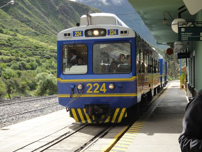 2012年一発目は2週間で南米ゴールデンルートのペルー〜ボリビア〜チリとアンデス縦断してきました!<br /><br /><br />クスコはさすが街全体が世界遺産なだけありキレイな街並みでマチュピチュまでの列車も最高でした。<br /><br /><br /><br /><br />日程<br />2/3 成田→ロス→リマ→<br />2/4 →クスコ→オリャンタイタンボ→マチュピチュ村<br />2/5 マチュピチュ散策→クスコ→<br />2/6 →プーノ→国境→コパカバーナ→ラパス<br />2/7 ラパス散策→<br />2/8 ウユニ(3泊4日チリ抜けツアー)<br />2/9 ウユニ<br />2/10 アタカマ高地→<br />2/11 国境→サンペドロ・デ・アタカマ→カラマ<br />2/12 カラマ→<br />2/13 サンティアゴ→<br />2/14 ロス→<br />2/16 →成田