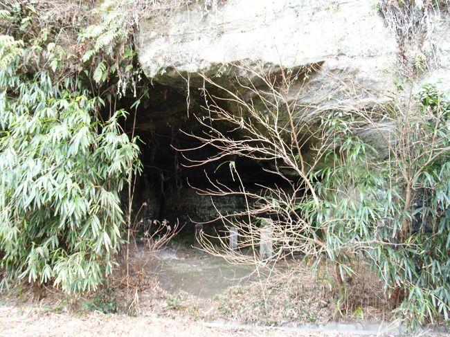 鎌倉市扇ヶ谷4にある伝阿仏尼墓の奥の御前谷にはやぐらがあり、中の墓石の1つが阿仏尼の墓だと伝えられていると英勝寺の住職(尼さん)から聞いた。<br /> 伝阿仏尼墓の並びにほとんど埋もれたかなり幅のあるやぐらがあり、それを過ぎると御前谷に入る道がある。道の崖沿いには3つ程度のやぐらがみられる。この御前谷も廃寺跡で智岸寺(尼寺)か、智岸寺か英勝寺の塔頭でもあったのであろう。<br /> 最初の大きなやぐらは間口約4.5m奥行き3m?3.5m、奥壁幅約3m、高さ約2.5mといった台形をしており、奥壁には「‥幽‥氏墓」(卜幽軒氏墓?)と彫られている。中には人見氏の墓などが建ち、右奥の角には五輪塔が2基並んでいる。<br /> しかし、やぐらは鎌倉時代から室町時代の初めに造られ、近世になって再利用されたのである。<br /> 人見氏とは水戸藩士であり、儒学者として「大日本史」の編纂に携わった。これらの墓石は人見卜幽(ひとみぼくゆう)(慶長4年(1599年)~寛文10年(1670年))とその養子となった人見懋斎(ひとみぼうさい)(寛永15年(1638年)~元禄9年(1696年))のそれである。水戸黄門で知られる水戸光圀が19歳の時には、上京した侍読・人見卜幽を通じて冷泉為景と知り合い、以後頻繁に交流があった。阿仏尼は冷泉家の祖・為相の生みの親であり、「十六夜日記」の作者として知られる。寛政2年(1790年)に人見家の墓を建てた人見養斎とはこの子孫であろう。水戸徳川家を檀那とする栄勝寺には江戸時代に檀家などはなく、水戸藩士の墓石が2代に亘って建てられているのは阿仏尼の墓を守ってのことであろうか?<br />(表紙写真は阿仏尼墓と寺伝されるやぐら)