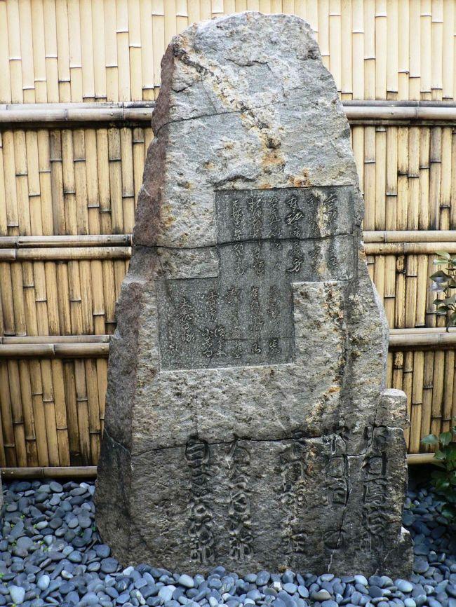 大長寺(だいちょうじ)は大阪市都島区にある浄土宗の寺で浄瑠璃「心中天の網島」で知られる小春と紙屋治兵衛の比翼塚がある。<br />心中天網島(しんじゅう てんの あみじま)は、近松門左衛門作の人形浄瑠璃で1721年、大坂竹本座で初演された全三段の世話物。<br />実際に起きた紙屋治兵衛と遊女小春の心中事件を脚色。愛と義理がもたらす束縛が描かれており、近松の世話物の中でも、特に傑作と高く評価されている。<br />紙屋の治兵衛は二人の子供と女房がありながら、曽根崎新地の遊女・紀伊国屋小春のおよそ三年に亘る馴染み客になっており、見かねた店の者が二人の仲を裂こうとあれこれ画策するが小春と治兵衛は二度と会えなくなるなら共に死のうと心中の誓いを交わした。小春は侍の客と新地の河庄で「馴染み客の治兵衛と心中する約束をしているのだが、本当は死にたくない。治兵衛を諦めさせて欲しい」と頼む。突如格子の隙間から治兵衛の脇差が差し込まれた。侍は治兵衛の手首を格子に括り付け治兵衛の恋敵・伊丹の太兵衛が治兵衛と小春を争う姿を嘲笑する。侍の客は侍に扮した兄の粉屋孫右衛門だった。小春に入れ揚げている治兵衛に堪忍袋の緒が切れ、曽根崎通いをやめさせようと小春に会いに来たのだった。治兵衛は小春と別れる事を決めて小春から起請を取り戻した。しかしその中には治兵衛の妻・おさんの手紙も入っており、真相を悟った孫右衛門は密かに小春の義理堅さを有難く思った。<br />それから10日後、治兵衛の叔母と孫右衛門が小春の身請けの噂を聞いて治兵衛に尋問しに紙屋へやって来たが身請けしたのは恋敵の太兵衛だという治兵衛とおさんの言葉を信じ、叔母は治兵衛に念の為と熊野権現の烏が刷り込まれた起請文を書かせると安心して帰っていった。しかし叔母と孫右衛門が帰った後、治兵衛は炬燵に潜って泣き伏してしまう。心の奥ではまだ小春を思い切れずにいたのだ。そんな夫の不甲斐無さを悲しむおさんだが、「もし他の客に落籍されるような事があればきっぱり己の命を絶つ」という小春の言葉を治兵衛から聞いたおさんは彼女との義理を考えて太兵衛に先んじた身請けを治兵衛に勧める。商売用の銀四百匁と子供や自分の着物を質に入れ、小春の支度金を準備しようとするおさん。しかし運悪くおさんの父・五左衛門が店に来てしまう。日頃から治兵衛の責任感の無さを知っていた五左衛門は直筆の起請があっても尚治兵衛を疑い、おさんを心配して紙屋に来たのだ。当然父として憤った五左衛門は無理やり嫌がるおさんを連れ帰り、親の権利で治兵衛と離縁させた。望みを失った治兵衛は虚ろな心のままに新地へ赴く。小春に会いに来たのだ。別れた筈なのにと訝しがる小春に訳を話し、もう何にも縛られぬ世界へ二人で行こうと治兵衛は再び小春と心中する事を約束した。<br />小春と予め示し合わせておいた治兵衛は、蜆川から多くの橋を渡って網島の大長寺に向かう。そして二人は俗世との縁を絶つ為に髪を切った後、治兵衛は小春の喉首を刺し、自らはおさんへの義理立てのため、首を吊って心中した。心中天網島(しんじゅう てんの あみじま)は治兵衛、小春の悲恋話だが不憫なのはぐうたら亭主をどこまでも支えようとする女房おさんだ。身勝手な亭主にここまで尽くす女性が果たしているのだろうか。女房おさんは近松門左衛門の理想とする女性像なのかも知れない。<br /><br />心中天網島は1969年には、篠田正浩監督により映画化された。治兵衛には二代目中村吉右衛門、小春・おさん二役に岩下志麻を起用し、通常の劇映画と異なる実験的な演出で人形浄瑠璃や歌舞伎の雰囲気を色濃く漂わせる作風となっている。<br /> 大長寺はもとは現藤田美術館のところにあった。その土地は豪商藤田伝三郎の邸宅用地として買収されたため現在地に移った。大長寺の山門は、もとの位置に美術館正門として残っている。<br /> 大長寺の近松「心中天網島(てんのあみじま)」の小春・治兵衛の比翼塚は2人を哀れむ人たちによって建てられた。藤田伝三郎が1912年に大長寺の敷地を買収した際、大長寺は北に300mほどの現在地に移転した。このとき小春・治兵衛の比翼塚も現在地に移転している。<br />(写真は大長寺の「心中天網島」の主人公、小春・治兵衛の比翼塚)<br /><br />