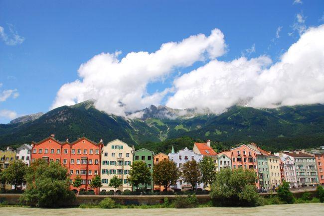 オーストリアを旅するのは、数えてみたら今回が5回目。訪れた場所はどこも素敵で、また行きたいと思う所ばかりだけど、住みたいと思った街は、今のところインスブルックが一番。美しい街並み、間近に迫るアルプスの山々、おいしい料理に素敵なカフェ。人は温かくて、街の規模もちょうどよく、なんとも居心地のいいこの街が大好きになりました。<br /><br />インスブルック滞在中はお天気がよかったので、日帰りの遠足からもどったあとも、街をぶらぶらお散歩しました。<br /><br /><br />※インスブルックについては、4日間の街歩きの様子を3つに分け、「古都インスブルックをお散歩①②③」として旅行記を作成しています。<br />便宜上3つに分けたので、撮影した日や時間は前後しています。<br /><br /><br />【旅程】<br />■7/04 フランクフルト ⇒ (OS) ⇒ インスブルック<br />    ハーフェレカー展望台&旧市街ぶらぶら[インスブルック泊]<br />■7/05 パッチャーコ-フェル・ハイキング&旧市街ぶらぶら[インスブルック泊]<br />■7/06 旧市街ぶらぶら(チロル民族博物館、宮廷教会、王宮見学など)[インスブルック泊]<br />■7/07 アンブラス城&ベルクイーゼル・ジャンプ台&旧市街ぶらぶら[インスブルック泊]<br />□7/08 インスブルック ⇒(列車)⇒ ザンクト・アントン[ザンクト・アントン泊]<br />□7/09 カパル&ガンペン・ハイキング[ザンクト・アントン泊]<br />□7/10 レッヒへ日帰り[ザンクト・アントン泊]<br />□7/11 ヴァルーガ展望台&ガルツィヒ・ハイキング[ザンクト・アントン泊]<br />□7/12 ザンクト・アントン ⇒(列車)⇒ インスブルック[インスブルック泊]<br />□7/13 インスブルック ⇒ (OS) ⇒ フランクフルト ⇒(LH)[機中泊]<br />□7/14 ⇒ 成田
