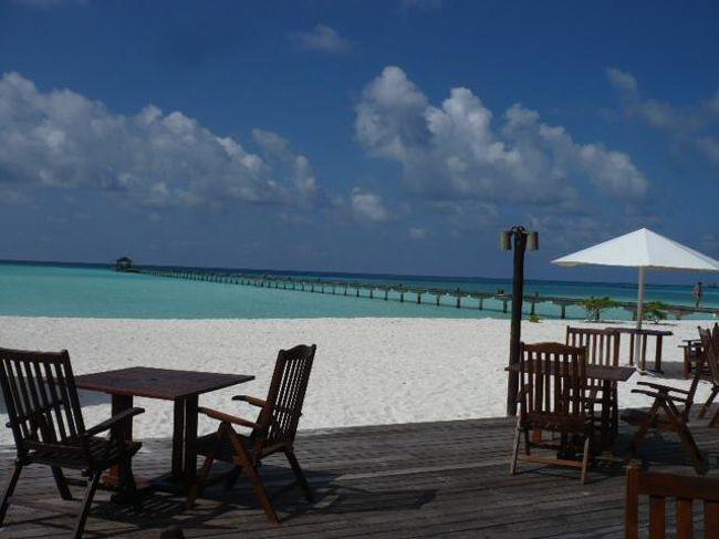 Holiday Island(ホリデイアイランド)<br />(2012年3月19日現在の情報です。情報は予告なしに変更されますので、予めご了承ください。)<br /><br />『やっぱり遠浅のラグーンが綺麗〜!』<br />ホリデイアイランドは、パラダイスアイランド、ファンアイランド、ロイヤル、サンアイランド姉妹リゾート。<br />広い遠浅のラグーンに囲まれた島…。桟橋がちょっと長く、先端に建物がないので、島からラグーンを見る景色はとても綺麗です!!!<br />1994年9月1日にオープンしていらい、この美しい景色は今も変わっていません。<br />ラグーン内が引き潮になるとアクアマリーンの透き通った透明感がさらにひきたちます。白い砂地が模様になっていたり、水面がキラキラしたり輝き..。見ていてうっとりと気持が和みます。この自然のプールの中を散歩する人、気持よく泳がれる人などさまざまです。<br />ハウスリーフはありませんが、ジンベイポイント&ダイビングポイントにも近いため、ダイバーのお客様には、意外と穴場のリゾートです。<br />嬉しいことにスノーケリングでジンベイをみに行くツアーもあるので、スノーケラーにも楽しんでいただけるリゾートです。<br />ジンベイは1年中シーズンですが、見られる&見られないは運!!!<br />ホリデイアイランド&サンアイランドの裏、外洋側がポイントなので、ベストロケーションのリゾートです。<br />マンタは乾季がシーズンで、コンドラッド側の方向にいきます。<br /><br />South Ali Atollに位置し、空港から国内線Maamigili Airportまでは約20分で到着!<br />ダイレクトでMaamigili Airportに飛ぶ為、水上飛行機よりも早いのがとても魅力です。<br />国内線はVilla Air(fly me)で移動。機材は46人乗り。トイレ完備。座席が柔らかいので、すわり心地がとても良いです〜。<br />空港では到着ホールにあるVilla Hotelsカウンターでリゾート名&お名前をつたえてください。荷物にリゾートのタグを付けてくれます。<br />そこから国内線ターミナルまでは歩いて移動。約2分ととても近い距離なのでご自身でチェックインとなります。<br />国内線ターミナルの入り口はDeparture の方へお進みください。入ると直ぐ正面にはチェックインカウンターがあります。小さいターミナルなので絶対に迷わないので安心…。<br />チェックインカウンターでチェックインの際は、リゾート名を伝えパスポートを提示されてください。預ける荷物はベルトコンベアーの上に乗せてください。<br />荷物の重量制限は、基本的に預け荷物20キロ+手荷物5キロです。<br />今現在は、超過料金は掛かりませんが、今後かかる予定でいるようです。<br />チェックイン後は、手荷物検査&ボディチェックを受け、待合室の方でおまちいただけます。待合室にはテレビ&トイレもあります。<br />搭乗案内の放送が入りましたが、ゲートの方へお進みください。<br />Maamigili Airport到着後、ボート乗り場の桟橋まではバスで移動します。<br />空港スタッフが同行いたしますので、ご安心ください。<br />ボート乗り場では、ホリデイアイランドのスタッフがリゾートのボードを持ってお迎えしております。<br />ホリデイアイランドは直ぐ目の前!ドーニーはアクアマリーンのラグーン内を走ります。約3分で桟橋に到着!<br />桟橋先端からの眺めはとても美しいです。ラグーンがまぶしい〜〜〜。<br />バー、エントランスでおしぼりサービス!ウエルカムドリンクも!<br />バーでチェクイン後、お部屋にご案内。<br />リゾートのインフォメーションをお渡ししておりますので、必ず読まれてください。<br /><br />島の雰囲気<br />トロピカルフラワーがとても綺麗な島内です。プルメリア、ハイビスカスが咲き乱れています。お庭作りがとても上手で緑とお花の調和が美しい。<br />西側先端の方には広いビーチが広がります。姉妹島のサンアイランドも見えますが、サンセット時は、絶好のロケーション。ラグーンの色も透き通っており、浅瀬には珊瑚があるのでスノーケリングも楽しんでいただけます。珊瑚に住んでいる小さな小魚さんがみられて可愛いですよ!<br />細長い島のビーチ沿いを散歩しても約20分弱。島は丁度よいサイズです。<br />太陽さんが輝いていると、白いビーチ&ラグーンもキラキラしているのでとてもまぶしい〜。ヤドカリさもキラキラビーチを歩いています。<br />カニさん