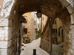 春の優雅なコートダジュール旅♪ Vol60(第6日目午後) ☆トゥーレット・シュル・ルー(Tourrettes-sur-Loup):伝説バイオレットに彩られた素敵な中世の村を歩く♪アーチやお城など見応えがある♪