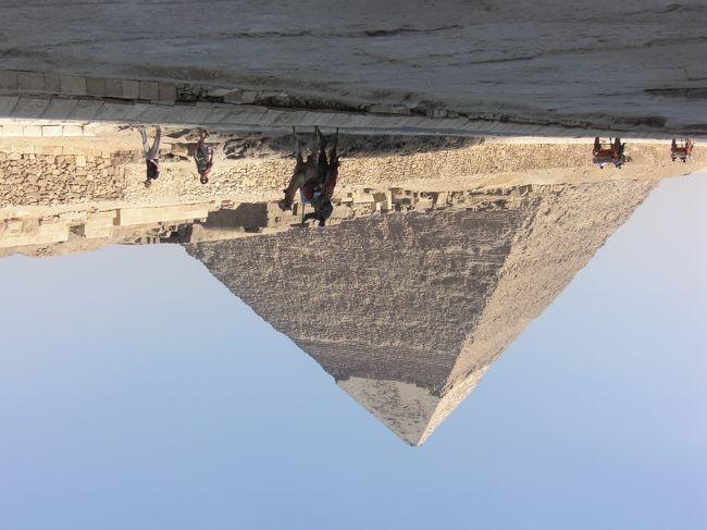 観光地へは行かない!<br /><br />エジプトへは何回位、行ったのだろうか?<br />おそらく9回は行ったのかなと思う。<br /><br />最初は、有名な観光地へは行ったけど、私は天の邪鬼なので<br />人が行かないであろう場所に行きたがる。<br />それも安い公共交通を使い、庶民が暮らす日常を求めて。<br /><br />今回は偶然、カイロ市内でデモ(暴動?)に遭遇した事もあり、旅行記を<br />書いてみることにしました。<br /><br />【写真は過去に行ったギザにて】<br /><br />