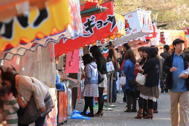"""今年も造幣局の桜の通り抜けに行ってきました。<br />その帰り道、毎年恒例となっている屋台の見学をすることにしました。<br /><br />本編旅行記は↓<br /><br />2012/04/17 【大阪桜2012】 大阪の春の風物詩 桜の通り抜け始まる 「造幣局」<br />http://4travel.jp/traveler/minikuma/album/10661844/<br /><br /><br />◎ 造幣局桜の通り抜け<br /><br />日時 平成24年4月17日~4月23日まで<br />時間 10:00~21:00(土日は9時から)<br />桜の種類 129種<br />桜の本数 354本<br /><br />今年の桜 """"小手毬""""<br />"""