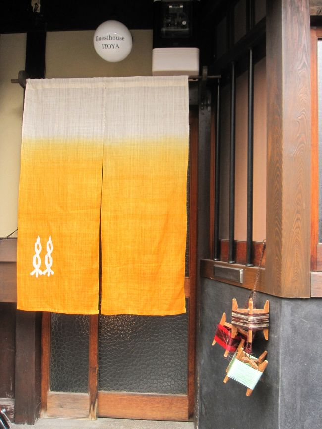 桜が私たちを呼んでいる☆ということで先月に引き続き、やってきました4月の京都。<br /><br />11日、早めに仕事を切り上げて京都入り。<br />朝から来ていた妹と京都駅で落ち合い先ずはホテルにチェックイン。今回はプチホテル京都です。<br />夕食代わりにカフェラインペックでパンケーキをいただきました。<br />まだ明るかったので近くの清明神社に。<br />その後、二条城でライトアップを堪能しました。<br />翌日は前半・後半合わせても唯一天気予報で「晴天」の日なので予定を変更してしっかり歩きまわりました。<br />京都御所~二条城~法金剛院~仁和寺~龍安寺~等持院~平野神社。<br />夜は「ことばのはおと」でご飯の後、念願のいちごみるくをいただきました。<br /><br />後半、どうしても休めない13日の仕事をこなして再度京都入り。<br />14日は嵐山。15日は山科と平安神宮に行きました。<br />まさに桜三昧。<br /><br />利用したお宿は3軒。書き留めておきます。