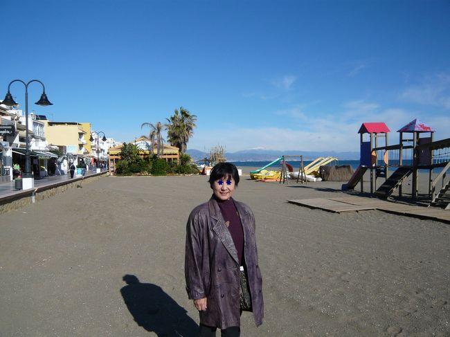 2008年12月16日午後<br />グラナダに別れを告げ、地中海も見納めのマラガ近くの海岸で昼食をとり、山道に分け入り、白い村カサレスの散策を楽しみました。<br />写真はマラガ近くのコスタデソル海岸。これで青い地中海ともお別れです。<br />海岸のレストランで冷たいカーニャ(生ビール)でハモンデセラーノの味を楽しみました。