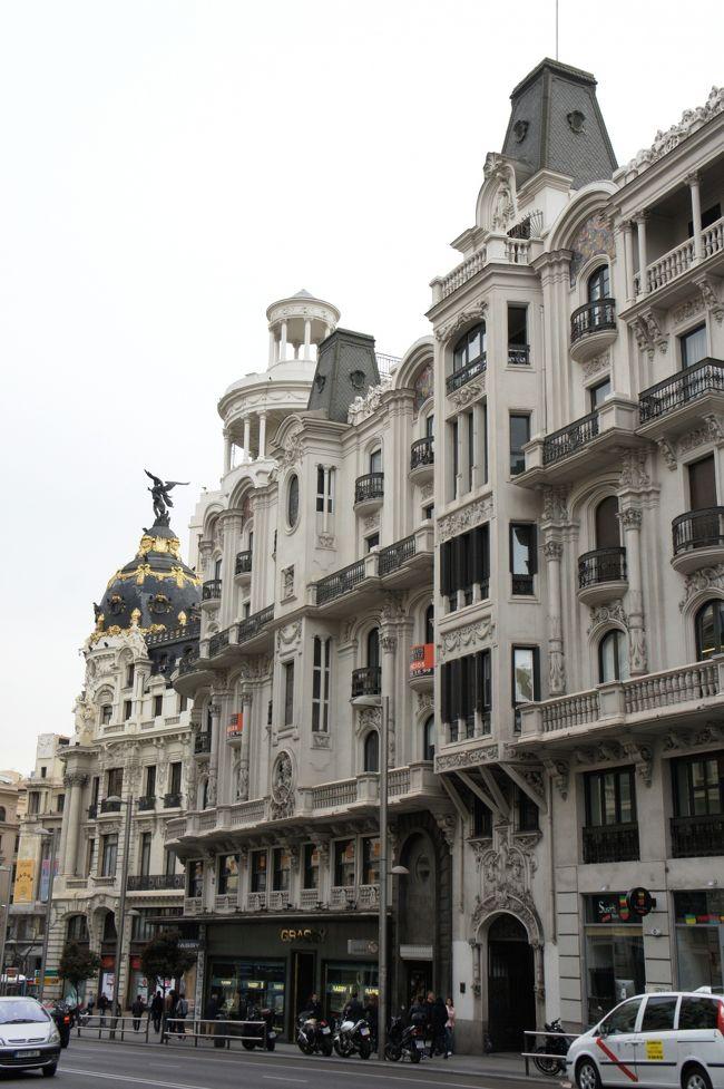 バルセロナを1週間満喫したあと、マドリッドに移動しました。<br /><br />自分的にはスペインのハイライトはバルセロナを見ること!だったので、マドリッドはほんとおまけのつもりで行ったけど、これが結構楽しかった!<br />街のそこここで、スペインの繁栄の歴史をまざまざと見せつけられた感じ。<br /><br />ヨーロッパの建物は、外観じゃないよね。<br />中を見ないと絶対ダメ。<br />それを改めて実感した街でした。