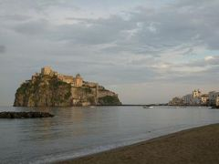 初夏のイスキア島で優雅なバカンス♪ Vol27(第4日目黄昏) ☆イスキア島ポルト(Porto):ポルトで優雅なアペリティフタイム♪そして黄昏のアラゴン城を眺めて♪
