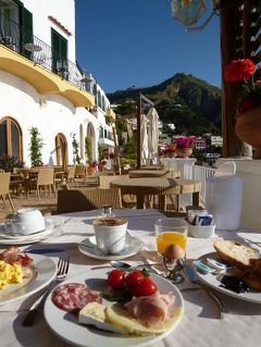 初夏のイスキア島で優雅なバカンス♪ Vol41(第6日目朝) ☆イスキア島サンタンジェロ:「パーク・ホテル・ミラマーレ」のメインダイニングのテラスで優雅な朝食♪