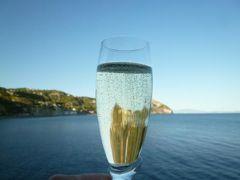 初夏のイスキア島で優雅なバカンス♪ Vol54(第7日目夜) ☆イスキア島サンタンジェロ:「パーク・ホテル・ミラマーレ」の黄昏の美しい景色を眺めながら優雅なアペリティフタイム♪