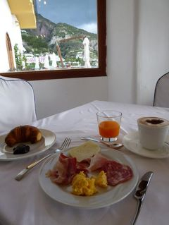 初夏のイスキア島で優雅なバカンス♪ Vol57(第8日目朝) ☆イスキア島サンタンジェロ:「パーク・ホテル・ミラマーレ」のメインダイニングで最後の朝食を頂く♪そしてチェックアウト!さようなら~♪