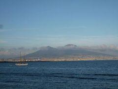 初夏のイスキア島で優雅なバカンス♪ Vol65(第8日目午後) ☆ナポリ:サンタルチアの大通りを歩きながら、黄昏の美しい海・卵城・ベスビオ火山を眺めて♪