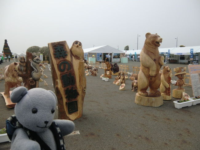 第63回全国植樹祭やまぐち2012日が山口市阿知須の干拓地、きらら浜で開催されます。<br />5月27日は全国植樹祭の式典。<br />前日の26と27日にきららの森フェスタが開催され、いとこがチェーンソーアートを展示するってことで行ってきました。<br /><br />ひとまず、載せられるだけ。<br />26,27日9:30〜16:00。<br />子供向きの体験コーナーが多数ありました。<br />植樹ができます。やってないけど。<br /><br />27日には天皇皇后両陛下御臨席の式典がありますので、交通規制にはご注意ください。<br />なお、式典会場に近いきらら博記念公園は、既に入場規制(立ち入り禁止かも)をかけてるようでした。<br /><br /><br />【追記】<br />晴天のなか、無事に植樹祭終了。<br />来年は鳥取で開催です。<br />いとこの作品、9月にいぐらの館で行う作品展に一部展示されるそうです。<br />実演は24年6月3日の長門峡道の駅のお祭りでやるようです。<br />ちょうど旅行中だなあ・・・