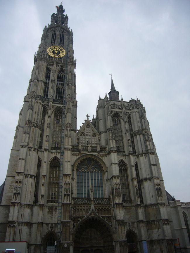 2012年のGWは、4/27~5/6の10日間で、念願かなってベネルクス三国のドライブ旅行となりました。<br /><br />3日目はキンデルダイクを見学後、ベルギー・アントワープに向かいます。アントワープのノートルダム大聖堂では、「フランダースの犬」のネロとパトラッシュが最期に見たルーベンスの傑作『キリストの昇架』他を見ることができます。<br /><br />●旅程(★はこの旅行記)<br /> 4/27(Fri):成田→アムステルダム(10:40-&gt;15:05)<br /> 4/28(Sat):キューケンホフ公園→ハーグ→デルフト(60k,1.5h)<br />★4/29(Sun):デルフト→キンデルダイク→アントワープ→ブリュッセル(192k,2.5h)<br /> 4/30(Mon):ブリュッセル→ゲント→ブルージュ(109k,1.5h)<br /> 5/1(Tue):ブルージュ→トゥルネー→ナミュール(207k,2.5h)<br /> 5/2(Wen):ナミュール→アンデルヌ地方→ルクセンブルク(173k,2.5h)<br /> 5/3(Thu):ルクセンブルク→アンデルヌ地方→マーストリヒト(247k,3.5h)<br /> 5/4(Fri):マーストリヒト→アムステルダム(210k,2h)<br /> 5/5(Sat):アムステルダム→成田(14:55-&gt;8:50+1)<br /> 5/6(Sun):帰国<br /><br />●飛行機<br /> KLM 一人221,240円(燃料サーチャージ、空港税等込)<br /> 27-Apr; KL0862; 10:40 NRT -&gt; 15:05 AMS<br /> 5-May; KL0861; 14:55 AMS -&gt; 8:50+1 NRT<br /><br />●ホテル(事前予約)<br />4/27(Fri):アムステルダム近郊(泊)<br /> NHカンファレンスセンターレーウェンホルスト(expedeia、6346円) <br />4/28(Sat):デルフト(泊)<br /> ウエストコード ホテル デルフト(agoda、89euro)<br />4/29(Sun):ブリュッセル(泊)<br /> ソフィテル ブリュッセル ル ルイーズ(expedeia、9703円)<br />4/30(Mon):ブルージュ(泊)<br /> ルレ ラベステン(expedia、13,152円)<br />5/1(Tue):ナミュール(泊)<br /> ル シャトー デ ナミュール(agoda、70euro)<br />5/2(Wen):ルクセンブルク(泊)<br /> ホテル パルク ボザール(agoda、175euro)<br />5/3(Thu):マーストリヒト(泊)<br /> クラウンプラザ ホテル マーストリヒト(expedeia、11716円)<br />5/4(Fri):アムステルダム(泊)<br /> パークホテル アムステルダム(expedeia、18032円) <br /><br />●その他の予約情報<br />・成田駐車場:ウルトラ成田空港店(0476-33-0007),10日間3000円<br />・レンタカー(Auto Europe経由HERTZ)<br /> 27-Apr 16:00 -&gt; 5-May 12:00 328.12euro<br />・eチケット<br /> ※キューケンホフ公園(14.5euro/p,parking 6euro)<br /> ※アンネの家(9.5euro/p)<br />・レストラン<br /> ※ブリュッセル:Bruneau(ブリュノー)☆<br /> ※ナミュール:ホテルレストラン(ル シャトー デ ナミュール)<br /> ※マーストリヒト:Beluga(ベルーガ) ☆☆