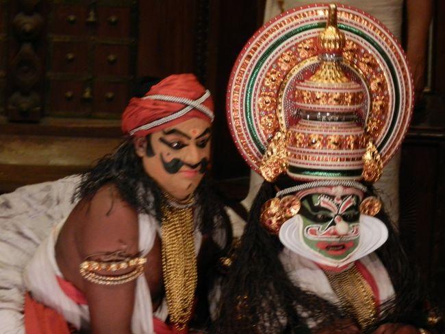 インドの祝日(1/26 Republic Day)に有給休暇を1日付けて、3泊4日でコーチンとアレッピーへ。<br /><br />天国のようなアレッピーから再びコーチンに戻り、街歩きとカターカリ鑑賞。<br />コロニアルな雰囲気のフォート・コーチンは、インドにいることを忘れてしまうような街並みだ。<br />ケララの伝統舞踊であるカターカリは、言葉はわからなくても表情での表現が豊かで、なかなか楽しめた。