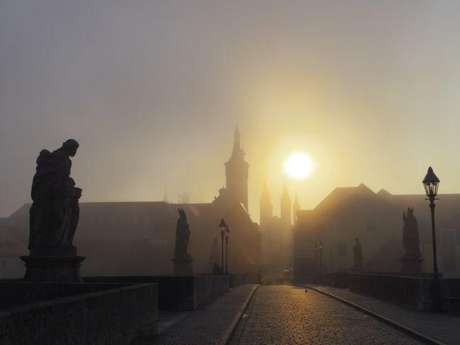 とってもエレガントな世界遺産・レジデンスで有名なヴュルツブルクに行ってきました。<br /><br />何を思ったか、朝7時から街を散歩しました。<br />「いくら4月中旬だからって、ドイツは日本より寒いのよ。」なんて思いながらも、さぁ、散歩散歩!ということで、寒さが伝わるこの日記。<br /><br />これから、ヴュルツブルグに行かれる方の何かお役に立ちますように。<br /><br />★ちなみに、こちらの一人旅日記は、<br />●ドイツ(ヴュルツブルグ→ローテンブルク→ニュルンベルク→ミュンヘン→フッセン→ノイシュヴァンシュタイン城→アウグスブルグ→マンハイム→ハイデルベルグ→マインツ→トリーア)<br />↓<br />●ルクセンブルグ<br />↓<br />●ベルギー(リエージュ→ルーヴァン→ブリュッセル)<br />↓<br />●オランダ(ロッテルダム→アルクマール→キンデルダイク→キューケンホフ→ライデン→デルフト→ユトレヒト→デン・ハーグ→アムステルダム→ザーンセ・スカンス→→フォーレンダム→マルケン)<br />↓<br />●デンマーク(コペンハーゲン)<br /><br />の旅の一部です。良かったら、他の旅も見てください。