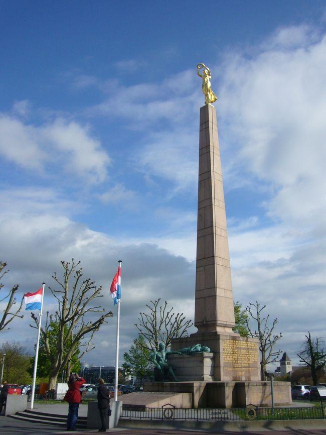 2012年のGWは、4/27~5/6の10日間で、念願かなってベネルクス三国のドライブ旅行となりました。<br /><br />6日目の午後はルクセンブルク観光です。ルクセンブルクは旧市街ごと世界遺産に登録されており、今回の旅行で最も楽しみにしていた場所の一つです。アンデルヌ地方は天候に恵まれなかったのですが、ルクセンブルクが近づくに連れ、天気が良くなってきました。ホテルも旧市街の大公宮殿のすぐ近くを取り、時間はあまりなかったのですが、かなり満喫することができました。<br /><br /><br />●旅程(★はこの旅行記)<br /> 4/27(Fri):成田→アムステルダム(10:40-&gt;15:05)<br /> 4/28(Sat):キューケンホフ公園→ハーグ→デルフト(60k,1.5h)<br /> 4/29(Sun):デルフト→キンデルダイク→アントワープ→ブリュッセル(192k,2.5h)<br /> 4/30(Mon):ブリュッセル→ゲント→ブルージュ(109k,1.5h)<br /> 5/1(Tue):ブルージュ→トゥルネー→ナミュール(207k,2.5h)<br />★5/2(Wen):ナミュール→アンデルヌ地方→ルクセンブルク(173k,2.5h)<br />★5/3(Thu):ルクセンブルク→アンデルヌ地方→マーストリヒト(247k,3.5h)<br /> 5/4(Fri):マーストリヒト→アムステルダム(210k,2h)<br /> 5/5(Sat):アムステルダム→成田(14:55-&gt;8:50+1)<br /> 5/6(Sun):帰国<br /><br />●飛行機<br /> KLM 一人221,240円(燃料サーチャージ、空港税等込)<br /> 27-Apr; KL0862; 10:40 NRT -&gt; 15:05 AMS<br /> 5-May; KL0861; 14:55 AMS -&gt; 8:50+1 NRT<br /><br />●ホテル(事前予約)<br />4/27(Fri):アムステルダム近郊(泊)<br /> NHカンファレンスセンターレーウェンホルスト(expedeia、6346円) <br />4/28(Sat):デルフト(泊)<br /> ウエストコード ホテル デルフト(agoda、89euro)<br />4/29(Sun):ブリュッセル(泊)<br /> ソフィテル ブリュッセル ル ルイーズ(expedeia、9703円)<br />4/30(Mon):ブルージュ(泊)<br /> ルレ ラベステン(expedia、13,152円)<br />5/1(Tue):ナミュール(泊)<br /> ル シャトー デ ナミュール(agoda、70euro)<br />5/2(Wen):ルクセンブルク(泊)<br /> ホテル パルク ボザール(agoda、175euro)<br />5/3(Thu):マーストリヒト(泊)<br /> クラウンプラザ ホテル マーストリヒト(expedeia、11716円)<br />5/4(Fri):アムステルダム(泊)<br /> パークホテル アムステルダム(expedeia、18032円) <br /><br />●その他の予約情報<br />・成田駐車場:ウルトラ成田空港店(0476-33-0007),10日間3000円<br />・レンタカー(Auto Europe経由HERTZ)<br /> 27-Apr 16:00 -&gt; 5-May 12:00 328.12euro<br />・eチケット<br /> ※キューケンホフ公園(14.5euro/p,parking 6euro)<br /> ※アンネの家(9.5euro/p)<br />・レストラン<br /> ※ブリュッセル:Bruneau(ブリュノー)☆<br /> ※ナミュール:ホテルレストラン(ル シャトー デ ナミュール)<br /> ※マーストリヒト:Beluga(ベルーガ) ☆☆