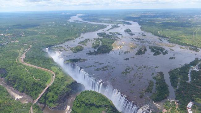 ビクトリアの滝観光。バックパック背負ってザンビアからジンバブエへ入国しました。また、ジンバブエのビクトリアフォールズの街で観光客相手の物売りの家を訪問したりしました。<br /><br />■旅行全体日程<br />1ヶ月の短期間で、西アフリカ、南部アフリカ、東アフリカの計11ヶ国を駆け足で周る旅でした。<br /><br />○西アフリカ(ナイジェリア→ベナン→トーゴ→ガーナ)<br />2011/12/28水出国<br />12/29木ラゴス<br />12/30金ラゴス<br />12/31土ラゴス → コトヌー<br />2012/1/1日コトヌー → ロメ<br />1/2月ロメ → アクラ → クマシ<br />1/3火クマシ<br />1/4水クマシ → オブアシ<br />1/5木オブアシ → タコラディ<br />1/6金タコラディ → ケープコースト<br />1/7土ケープコースト → アクラ、テマ<br />1/8日アクラ 夜発のフライトでナミビアへ<br /><br />○南部アフリカ(ナミビア→ザンビア→ジンバブエ→南アフリカ)<br />1/9月ウィントフック<br />1/10火ナミブ砂漠ツアー<br />1/11水ナミブ砂漠ツアー<br />1/12木ナミブ砂漠ツアー<br />1/13金ウィントフック → ルサカ<br />1/14土ルサカ<br />1/15日ルサカ → マザブカ → リビングストン<br />1/16月ビクトリアフォールズ 寝台列車でブラワヨへ<br />1/17火ブラワヨ → ハラレ<br />1/18水ハラレ → ヨハネスブルグ → キガリ<br /><br />○東アフリカ(ルワンダ、ケニア、タンザニア)<br />1/19木キガリ<br />1/20金キガリ → ナイロビ<br />1/21土マサイマラ・ナクル湖ツアー<br />1/22日マサイマラ・ナクル湖ツアー<br />1/23月マサイマラ・ナクル湖ツアー<br />1/24火マサイマラ・ナクル湖ツアー、ナイロビ<br />1/25水ナイロビ<br />1/26木ナイロビ → アルーシャ<br />1/27金アルーシャ → ザンジバル<br />1/28土ザンジバル → ダルエスサラーム<br />1/29日ダルエスサラーム<br />1/30月帰国