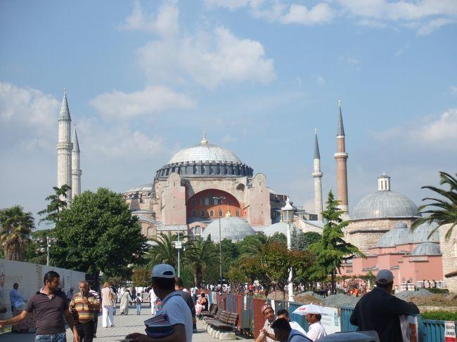 6泊8日で周遊。イスタンブールを出発して反時計回り。<br />とにかく広いトルコをバスで移動・移動・移動…で回ってきました。<br /><br />人が優しい、おちゃめ。<br />猫がすごーーーく、なつっこい(イスラム教では猫を大事にする)<br /><br />とても穏やかな温かい気持ちになる国でした。<br /><br />今回は母も一緒でしたのでツアー参加でしたが、<br />次回は個人旅行で行きたいな。
