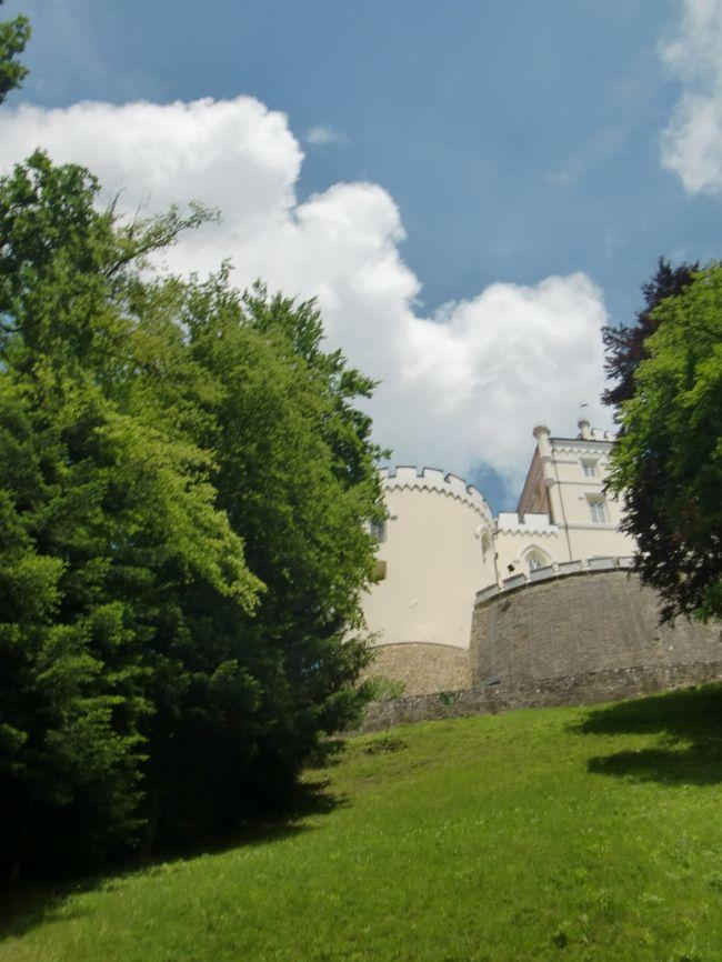 6/1<br />Y氏の提案で、ザグレブ市内から足を延ばし、クムロベツ、トラコシチャン、ヴァラジュディンを廻る1日観光に出発です。おなじみのマリオ君の運転で9:00ホテル前出発。<br />さて、どんなところなのか。聞けばクロムベツはチトー大統領の出生地、トラコシチャンは人気のお城。ネアンデルタール人の博物館にも寄るようですよ。ヴァラジュディンはガイドブックにも出ているので多少の見当は付きます。<br />クロアチア4度目のoneonekukikoですが初めてのところばかり。<br />夕食は7:30にボスニア料理を予約してくれてます。<br />久々の1日観光です。<br />1日3,000クーナ。約45,000円です<br />5,000円で1日観光。