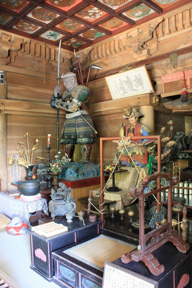 約35年前 学生時代に東北を旅行し、それ以降行っていなかった所に行こうと思っていた矢先、昨年の震災があり、遠慮していましたがそろそろ落ち着いてきたかなと思い、復興支援を兼ねて東北に行ってきました。<br />今回のツアーは、初日に世界遺産に登録された中尊寺、十和田湖の奥入瀬渓流、日本三景の松島を関西から1泊2日で行くもので、宮城、岩手、秋田、青森の4県をバスでかけ回る弾丸ツアーです。ただツアー費用は何と一人2万5千円と格安です。ただし昼食は自由喫食でした。それでも安いですね。<br />今回は初日の中尊寺と十和田湖観光を記載します。